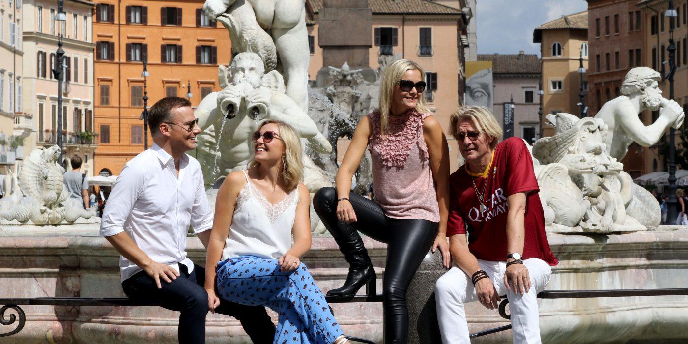 Christmas Night artisterna vid en fontän i Rom